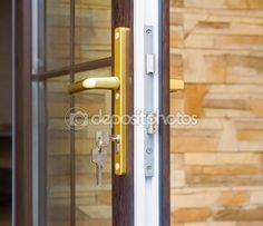 Фрагмент двери с замком и ключами — Стоковое фото © Georgina198 #61424691