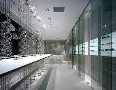 """foorni.pl   Sklep optyczny """"Brillen Bach"""" – ozdobna ściana z aluminium, pajęczyna aluminiowych rurek, kurtyna z aluminiowych rurek, szklane ściany, szafa ze szkła"""
