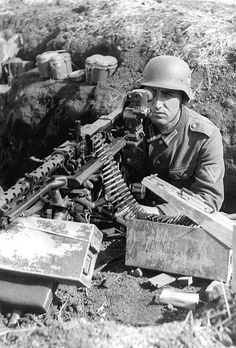 Gunner Wehrmacht (German army with machine gun with optical sight view is for shooting at a distance of up to 2500 m, and the line closed position m) and indirect (up to 3500 m) fire. Mg 34, German Soldiers Ww2, German Army, World History, World War Ii, Germany Ww2, Panzer, War Machine, Machine Guns