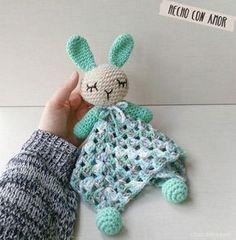 El detalle perfecto para un bebé. ¡Una manta de apego con un conejito a crochet!