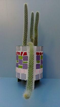 Mosaiquismo sobre lata reciclada Ricardo Stefani Flower Pots, Flowers, Mosaics, Planter Pots, Workshop, Recycled Tin Cans, Mosaic Art, Flower Vases, Plant Pots