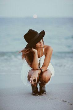 Boho white dress and black hat. Bohemian Photography, Fashion Photography, Amazing Photography, Portrait Photography, Gypsy Style, Hippie Style, Hippie Chic, Boho Chic, Dossier Photo