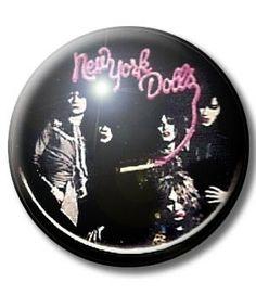 BADGE NEW YORK DOLLS - badge punk - all our punk buttons 1 € - punk rock hardcore crust - www.la-petroleuse.com