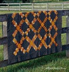 Flying Geese in an array of orange prints dart across a dark autumnal sky in this vintage quilt (dated Quilting Templates, Quilting Tutorials, Quilting Projects, Quilting Designs, Quilting Ideas, Sewing Projects, Halloween Quilt Patterns, Halloween Quilts, Star Quilt Patterns