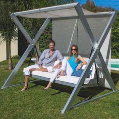 Hamaca de diseño realizado en aluminio anodizado y tapicería en tela Sunbrella