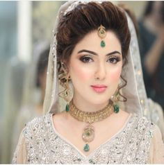 This stunner got a soft subtle yet striking look in tones of pale golds, silvers, paired with 100 watt skin and a soft light peach pink lip! what a beauty♥ Pakistani Bridal Makeup, Asian Bridal Makeup, Pakistani Bridal Dresses, Bridal Beauty, Indian Bridal, Bridal Makeover, Bridal Pictures, Bridal Pics, Wedding Photos