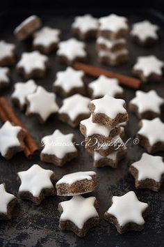 Cinnamon stars - recipe- Zimtsterne – Rezept A classic cookie for Christmas. The cookies are baked without flour, but only with almonds, powdered sugar, protein and cinnamon. Brownie Recipes, Cake Recipes, Dessert Recipes, Christmas Dishes, Christmas Baking, Cinnamon Stars Recipe, Gateaux Cake, Dessert Drinks, Gluten Free Cookies
