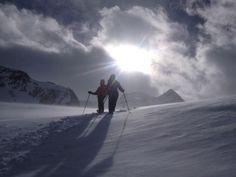 Mit den Schneeschuhen auf dem Weg zur Eishöhle am Schnalstaler Gletscher