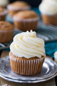 This is my family favorite BEST cream cheese frosting recipe! It goes great on Carrot Cake, Red Velvet Cake, and just about any other flavor cake or cupcake you can imagine. I& been making this cream cheese icing for years! Carrot Cake Frosting, Piping Frosting, Carrot Cake Cupcakes, Cupcake Cakes, Frosting Types, Carrot Cakes, Poke Cakes, Chocolate Frosting, Cupcake Ideas