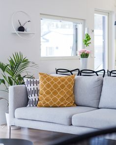 Kaunis sohva kruunaa olohuoneen! Scandinavian Modern, Love Seat, Couch, Throw Pillows, Living Room, Bed, Interior, Inspiration, Furniture