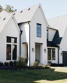 White Exterior Houses, Cottage Exterior, Modern Farmhouse Exterior, House Paint Exterior, Dream House Exterior, Home Styles Exterior, Exterior Design, Exterior Colors, Stucco Homes