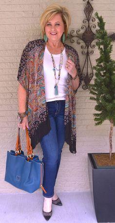 Olha como a Tania está elegante! Eu adoro os looks da Tania. Depois da Susan, é a que eu mais admiro. Até as bijus estão perfeitamente em sintonia com a estampa, pois tem uma pegada Boho. E ela usou scarpin, por que não? Ouse! Foto: blog 50 is not Old
