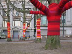 Yarn Bombing en árboles, una moda al alza
