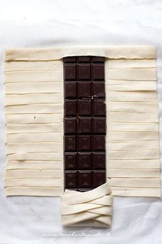 Pasta sfoglia intrecciata con tavoletta di cioccolato - Ricetta Sfoglia al cioccolato - puff pastry with chocolate