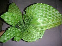 Bilderesultat for tressage phormium Flax Weaving, Weaving Art, Basket Weaving, Tropical Floral Arrangements, Flower Arrangements, Deco Floral, Floral Design, Dates Tree, Palm Frond Art