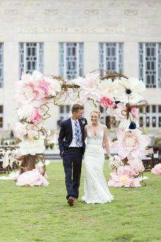 décoration insolite en fleurs de papier géantes, arche mariage originale