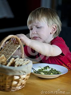 child-eating-spinach-soup-crispbread-28058223