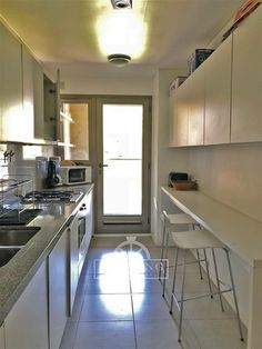 Mi casa Long Kitchen, Narrow Kitchen, Kitchen Interior, Kitchen Decor, Small Galley Kitchens, Kitchen Cupboard Designs, Small Apartment Kitchen, U Shaped Kitchen, Upcycled Home Decor