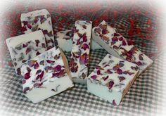 Jabon de Rosas   MATERIALES:  Taza medidora de vidrioCuchara metalicaMolde a elección¼ de taza de petalos de rosasBase de jabon1/8 de taza de leche½ o 1 cucharada de aceite de rosas.