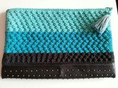 clutch de ganchillo con base de piel negra con tachuelitas colección primavera verano 2016 SususiHands via facebook