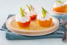 Abricots pochés au thé aux fruits rouges et meringués à la verveine