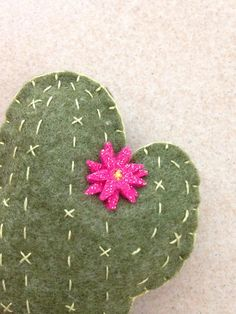 Cactus hecho a mano en fieltro verde con costura verde ácido en florero de lunares blanco beige con flor fucsia brillante. El cactus está disponible en las siguientes versiones: - con un pequeño palo, para ser utilizado como decoración de plantas y flores; - con pinza, para usar también