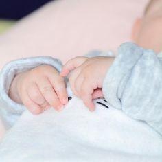 Les petites mains que l'on croque 💛 #petitpou #demoncoeur