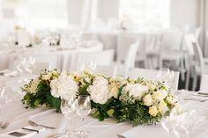 Walter Van Gastel - Trouwdecoratie, bloemen op tafel - Fotograaf: Speaking Through Silence Photography