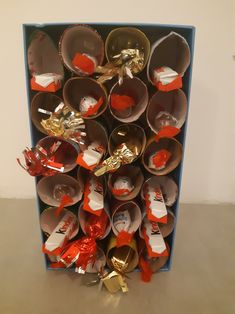 Un calendrier de l'Avent original et facile à faire, à l'école ou à la maison et avec peu de matériel. Dremel, Theme Noel, Advent Calendar, Holiday Decor, Home Decor, Bricolage Noel, Floating Floor, Decoration Home, Room Decor