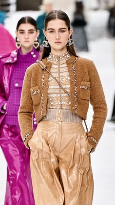 Chanel Fall 2019 is a collection of oversized signature tweeds paired with leather and sheer organza. Fashion 2020, Runway Fashion, High Fashion, Fashion Show, Fashion Looks, Fashion Outfits, Womens Fashion, Fashion Design, Fashion Trends