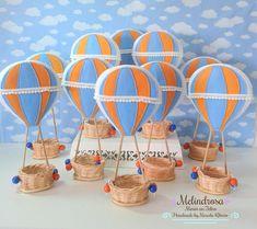 Balão em Feltro Balloon Birthday Themes, Birthday Room Decorations, Decoracion Baby Shower Niña, Cardboard Crafts Kids, Diy Hot Air Balloons, Diy For Kids, Crafts For Kids, Balloon Centerpieces, Baby Christening