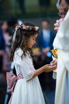 Crowns and flower arrangements for girls hairstyles Ideas Wedding Hairstyles With Veil, Flower Girl Hairstyles, Loose Hairstyles, Communion Hairstyles, Flower Girl Gown, Flower Girls, Girls Communion Dresses, Girl Hair Dos, Flower Headdress