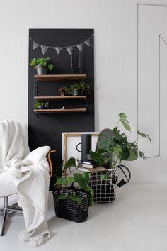 Sessel im Grünen I Wohnzimmer I Pflanzen I DIY Bommeldecke und schwarze Wand I…