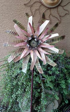 Yard Art Crafts, Garden Crafts, Garden Art, China Garden, Soda Can Flowers, Tin Flowers, Art From Recycled Materials, Recycled Art Projects, Aluminum Can Crafts