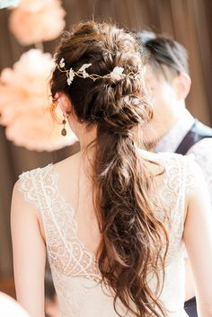 ねじりを加え、ルーズ感をだし、よりナチュラルなイメージへ 〜エンパイアドレスに似合う髪型 ポニーテール参考〜