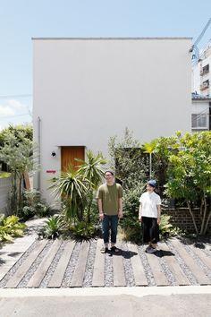 こだわりアイテムに囲まれた独特の世界観がある家。by D'S STYLE Zen Garden Design, Landscape Design, Modern Landscaping, Backyard Landscaping, Indoor Garden, Outdoor Gardens, White Exterior Houses, Garden Illustration, Small House Design