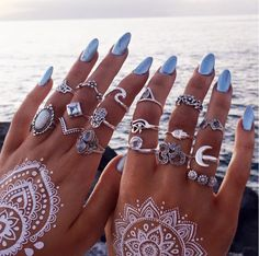 Joyas bohemias de Bohomoon We Love Boho Blue nails lovely rings and this white tattoo are killing! Nail Jewelry, Cute Jewelry, Boho Jewelry, Jewelery, Fashion Jewelry, Jewelry Rings, Blue Nails, White Nails, Silver Nails
