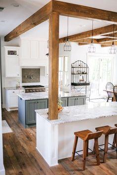déco de cuisine en blanc et bois, cuisine avec ilot central, poutres apparentes en bois dans une cuisine blanche