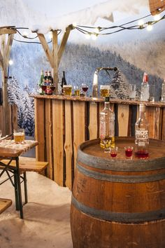 Gezellige Après-ski party in de sneeuw. Deze decoratie huurt u bij: Ome Piet Verhuur & Partyservice.