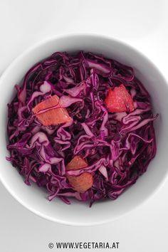 Dieser relativ rasch zubereitete Wintersalat ist nicht nur eine wahre Köstlichkeit, sondern er bringt auch gehörig Farbe auf den Tisch ! Grapefruit, Cabbage, Vegetables, Food, Vegetarian Recipes, Table, Food Food, Colour, Essen