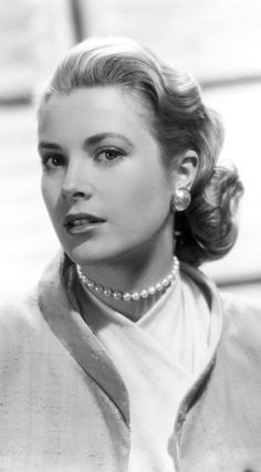 How To Wear Pearls Like Grace Kelly: A Short Portrait & Style Tips - PearlsOnly Moda Grace Kelly, Grace Kelly Style, Princess Grace Kelly, Hollywood Glamour, Old Hollywood, Classic Hollywood, Patricia Kelly, Classic Actresses, Old Actress