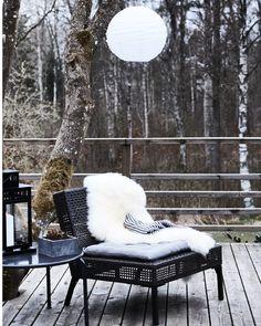 Couvrez les chaises de peaux de mouton et de couvertures