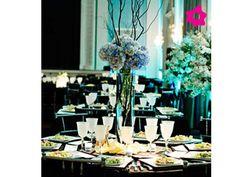Centro de mesa para boda cilíndrico con ramas y flores