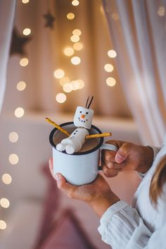DIY: Snowman made with Vegan Marshmallows Snowman made with V. - My Pano - Hot Chocalate DIY: Snowman made with Vegan Marshmallows Snowman made with V. - My Pano - Christmas Mood, Christmas Drinks, Christmas Baking, Christmas Humor, Xmas, Marshmellow Snowman, Olaf Marshmallow, Vegan Marshmallows, Recipes With Marshmallows