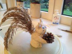Eekhoorn van klei en een staart van een pluim van riet. Fruit, School, Fall, Hair Styles, Autumn, Hair Plait Styles, Fall Season, Hair Makeup, Hairdos