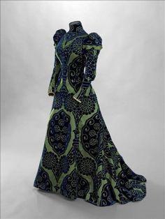TEA-GOWN PORTÉE PAR LA COMTESSE GREFFULHE Maison Worth vers 1897 Velours de soie ciselé bleu foncé sur fond satin vert, dentelle de Valencie...
