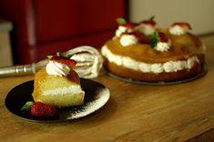 """ΜΑΓΕΙΡΙΚΗ ΚΑΙ ΣΥΝΤΑΓΕΣ: Σιροπιαστός """"Μπαμπάς"""" !!! Greek Sweets, Cheesecake, Pudding, Candy, Desserts, Recipes, Food, Ferrero Rocher, Decor"""