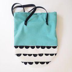 Da er det på'n igjen! Vi har åpent til fire, og du kan bl.a. få kjøpt denne fine shoppingbagen fra Plonka.  #sukkerdesign #veske #plonka #håndlaget #unika #trondheim #bakklandet #raffinertdesign