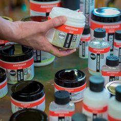 Amsterdam heavy gel mat 022 is geschikt voor het verhogen van de viscositeit, glans en transparantie van acrylverf. Het is verkrijgbaar in 250 ml en 1000 ml. De samenstelling is acrylaatharsdispersie en opdikkingsmiddelen. Amsterdam heavy gel mat is melkwit en droogt kleurloos en transparant op. Het maakt acrylverf pasteuzer, de penseelstreek scherper, zorgt ervoor dat het mogelijk is om in één keer dikkere lagen acrylverf aan te brengen.
