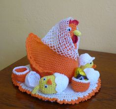 Veľkonočná sliepka od A do Z Knit Or Crochet, Crochet Crafts, Crochet Projects, Baby Dress Tutorials, Teapot Cover, Woolen Craft, Crochet Chicken, Chicken Crafts, Easter Projects